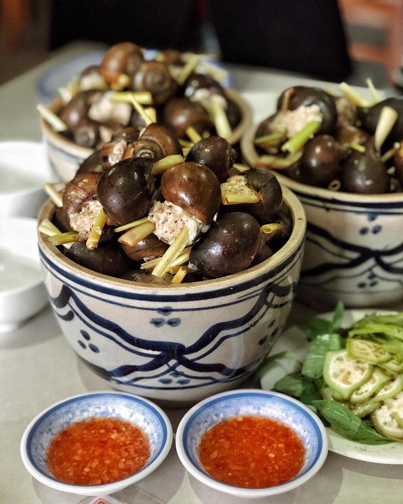Một bát ốc nhồi thịt được chế biến công phu, hấp cùng sả và lá chanh tạo hương vị đặc biệt.