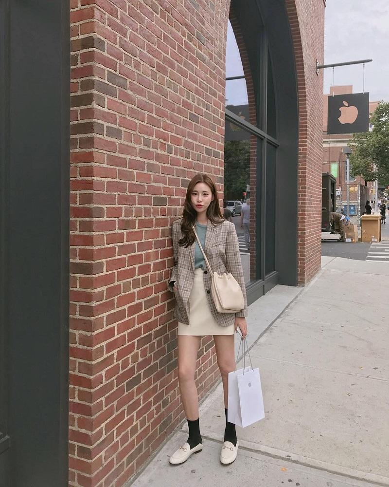 Áo blazer mix áo phông và váy cạp cao rất thích hợp làm trang phục dạo phố