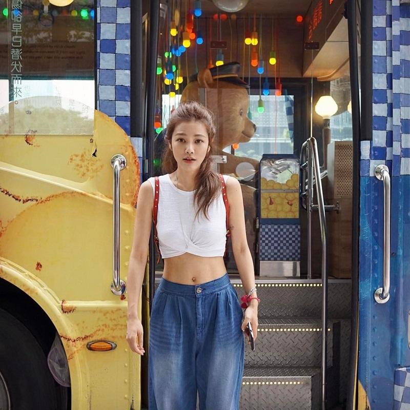 Cô gái năng động với áo croptop trắng và quần cạp cao