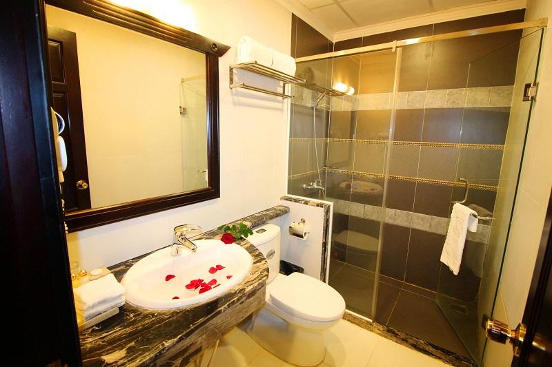Không gian phòng tắm khách sạn Royal Đà Lạt