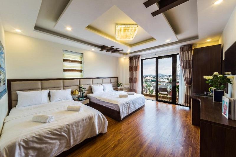 Không gian rộng rãi trong phòng khách sạn Tasme Đà Lạt
