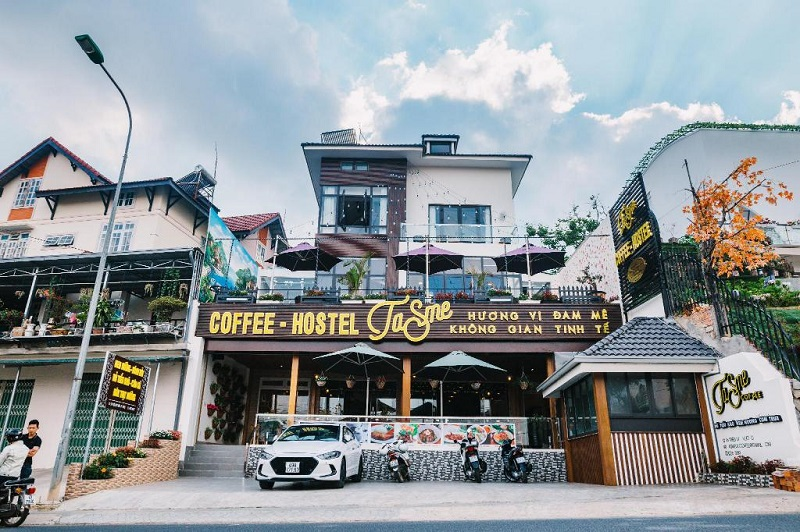Toàn cảnh phía bên ngoài khách san Tasme Đà Lạt tích hợp quán cà phê