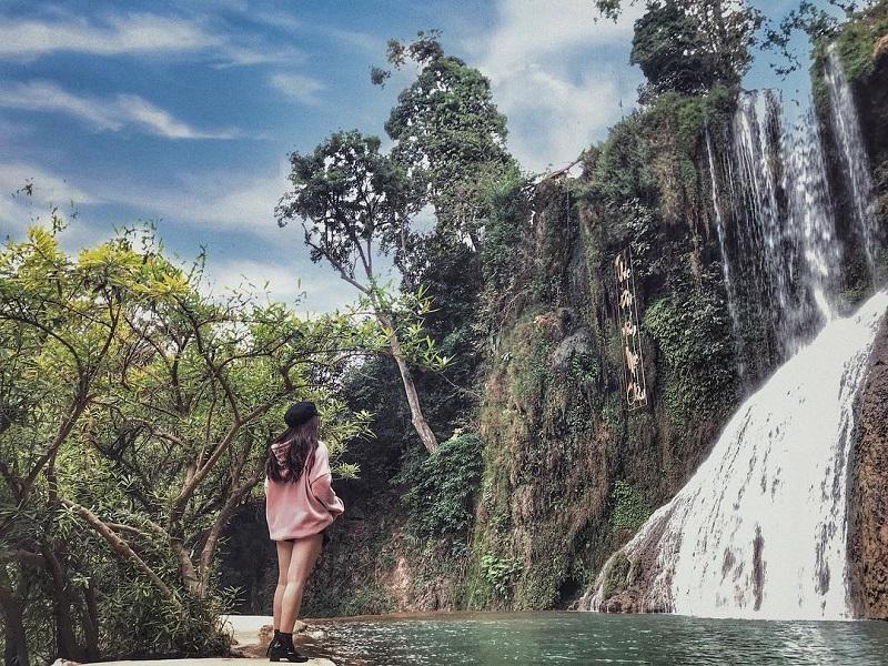 Chụp hình với dòng thác Dải Yếm