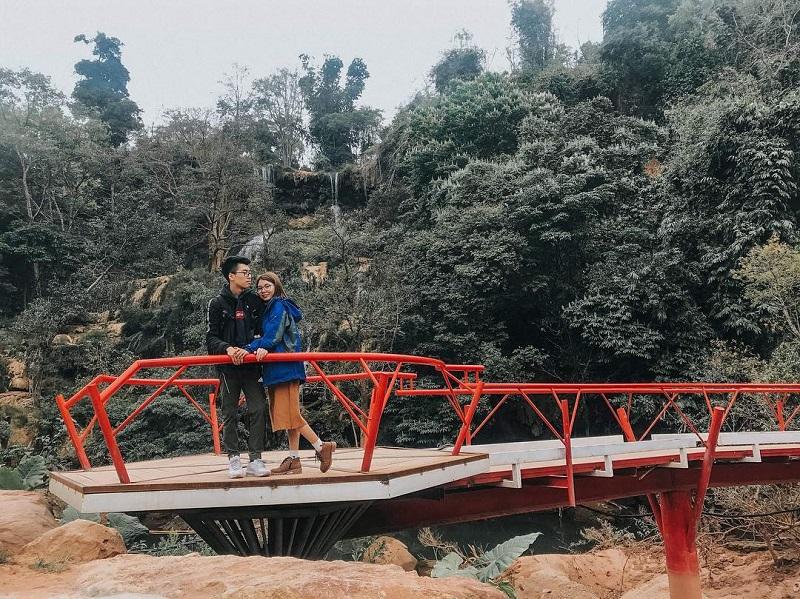 cây cầu đỏ với thác dải yếm