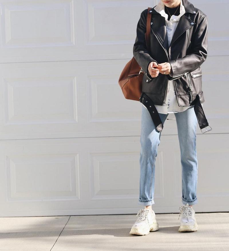 Áo jacket da và quần jeans xắn gấu