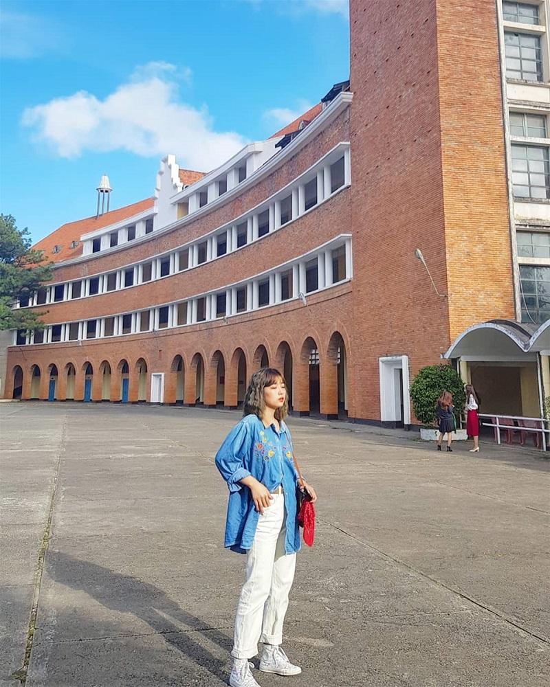Khuôn viên với lối kiến trục cực đẹp và độc đáo ở trường cao đẳng sư phạm Đà Lạt.