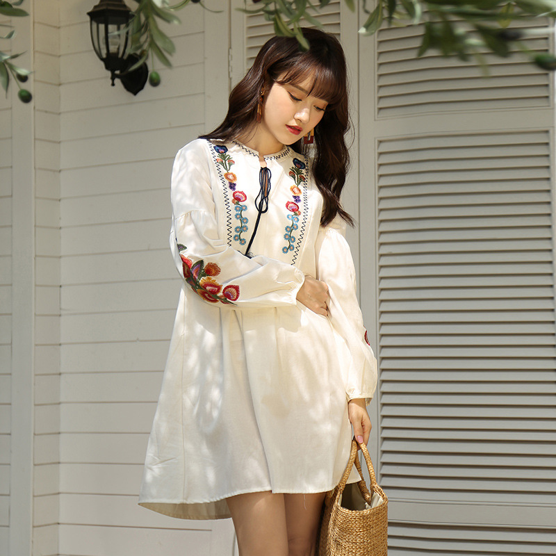 Váy họa tiết hoa trắng nữ tính kết hợp cùng túi cói