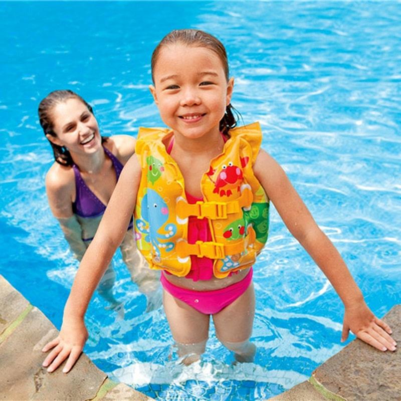 Sử dụng áo phao bơi đảm bảo an toàn cho những hoạt động của bé dưới nước