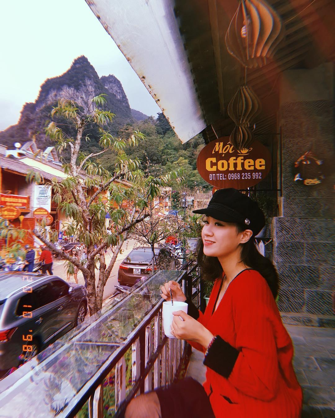Thưởng thức đồ uống tại Mộc Coffee Đồng Văn Hà Giang