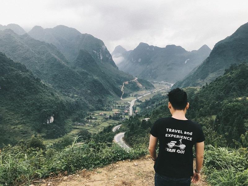 Cung đường đèo Mã Pí Lèng được bao quanh bởi những dãy núi đá