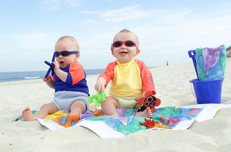 Mang theo đồ chơi đi biển cho bé