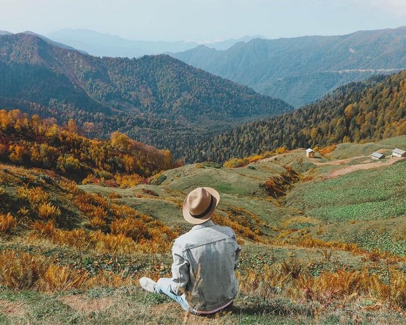 Những thảo nguyên xanh được bao quanh bởi những dãy núi điệp trùng