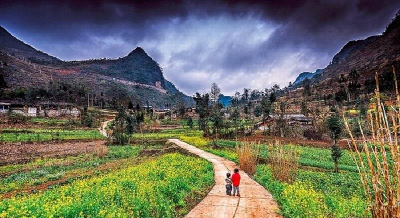 những bản làng được bao quanh bởi những dãy núi đá