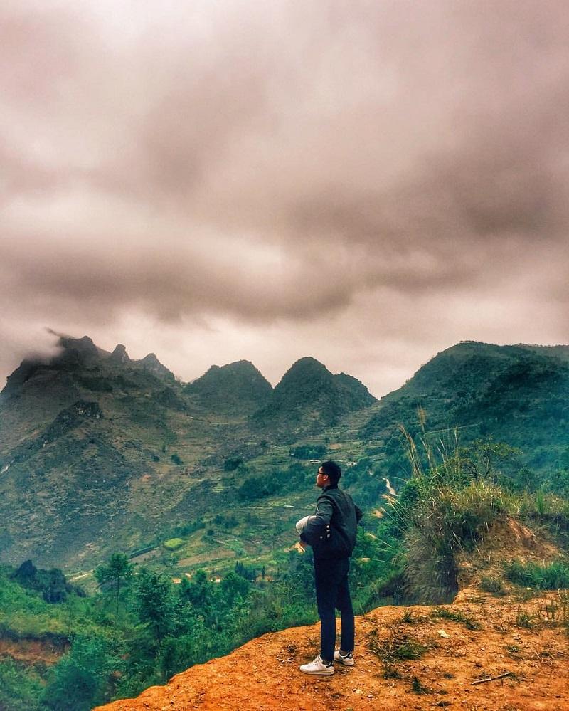 Những dãy núi đá điệp trùng giữa mây trời Hà Giang