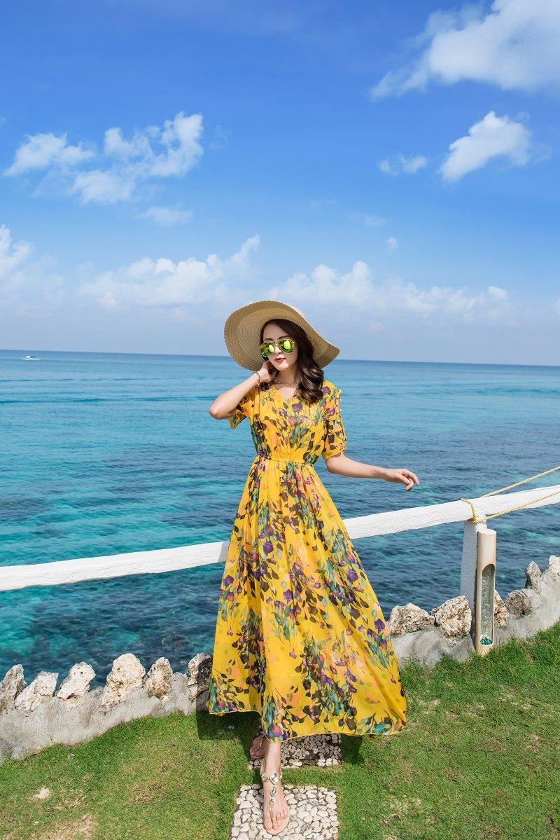 Maxi hoa đi biển kết hợp mũ cói rộng vành