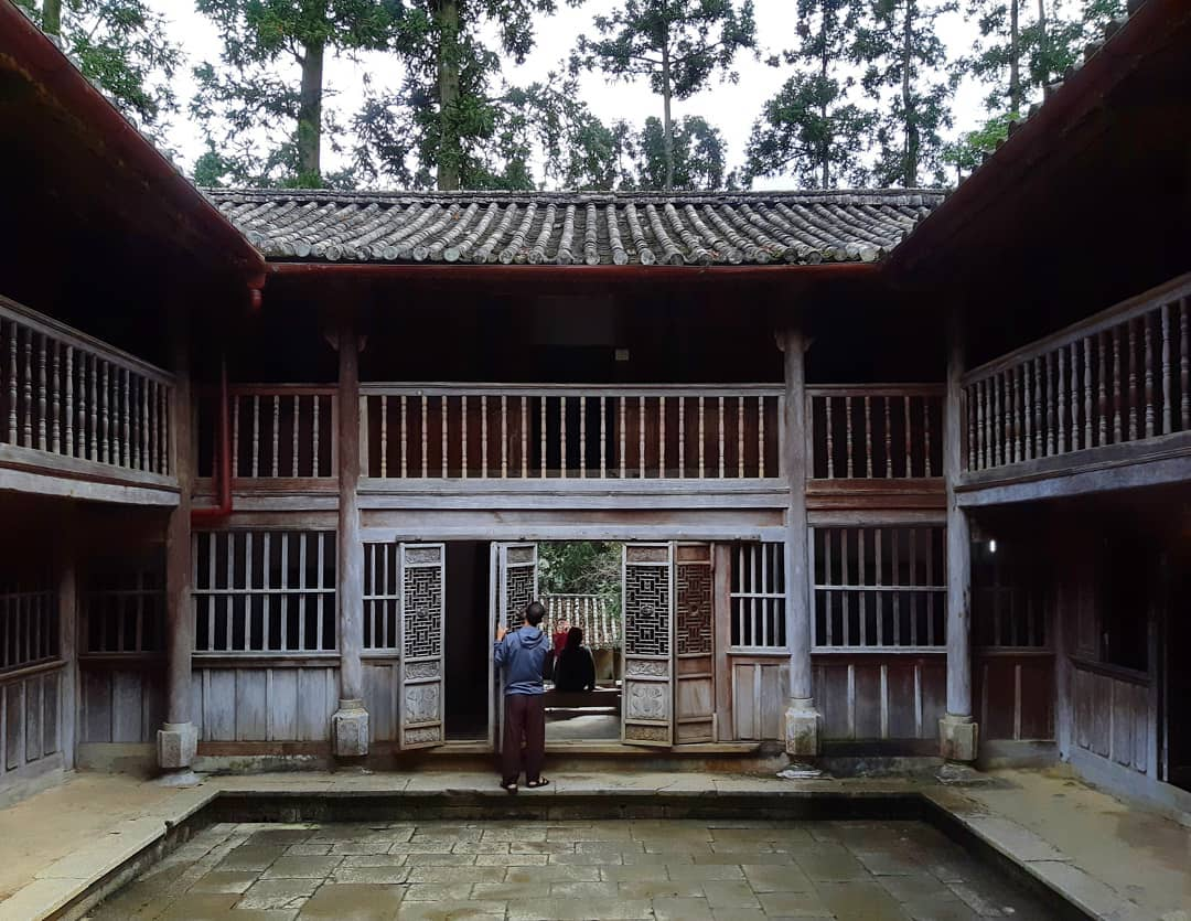 Dinh thự nhà họ Vương với những cánh cổng hành lang bằng gỗ hoàn toàn