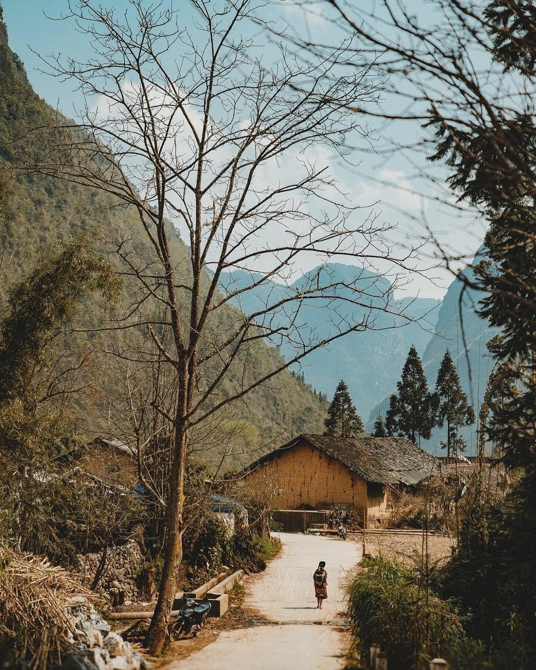 Lối vào bản làng Hà Giang dưới những chân núi