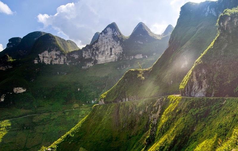 Những triền núi đá trong nắng sớm
