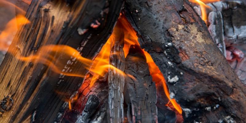 Than củi và dụng cụ để bắt lửa
