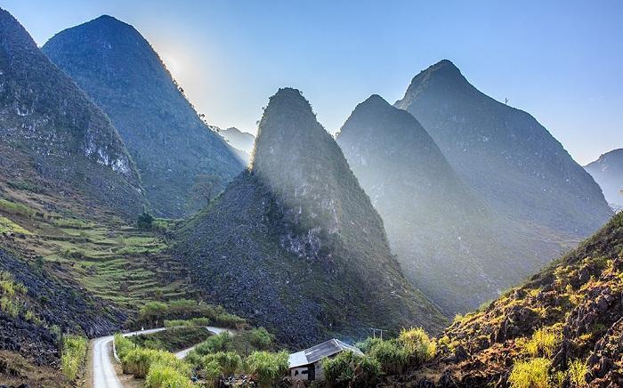 Cao nguyên núi đá Hà Giang một buổi sáng nắng mai