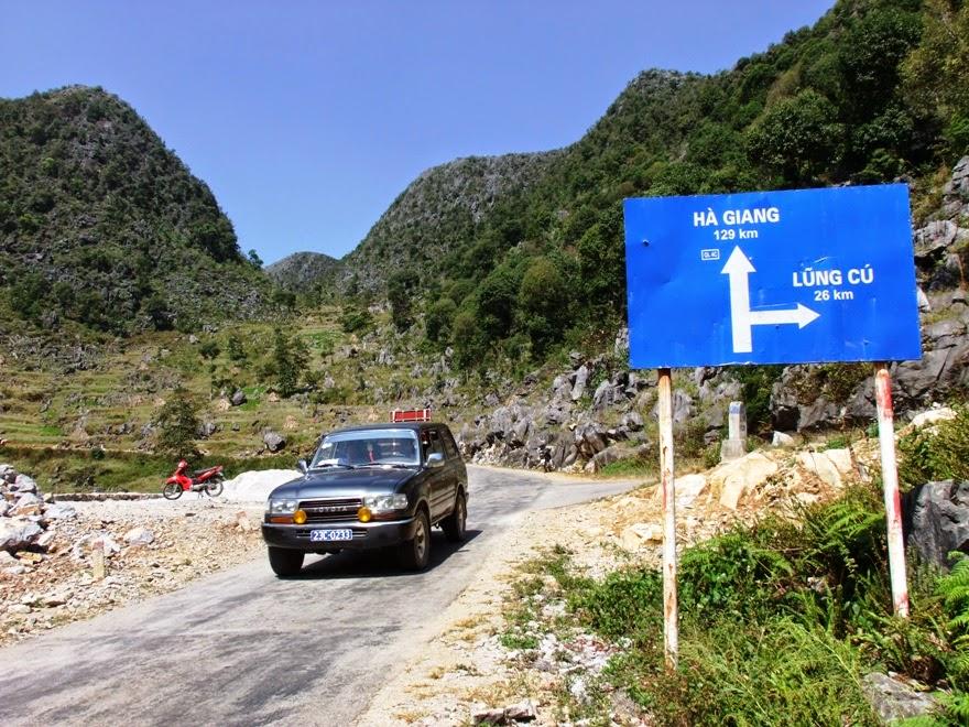 biển chỉ dẫn đi Lũng Cú và thành phố Hà Giang
