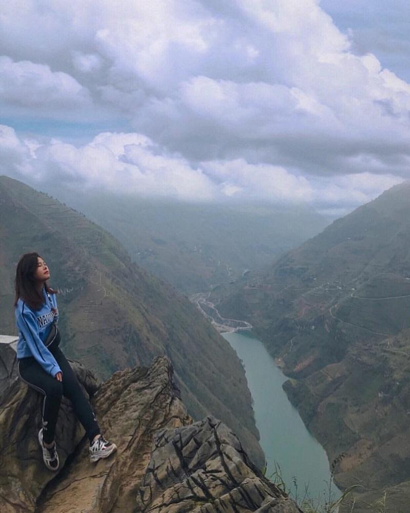 Dòng sông Nho Quế được bao quanh bởi những dãy núi đá