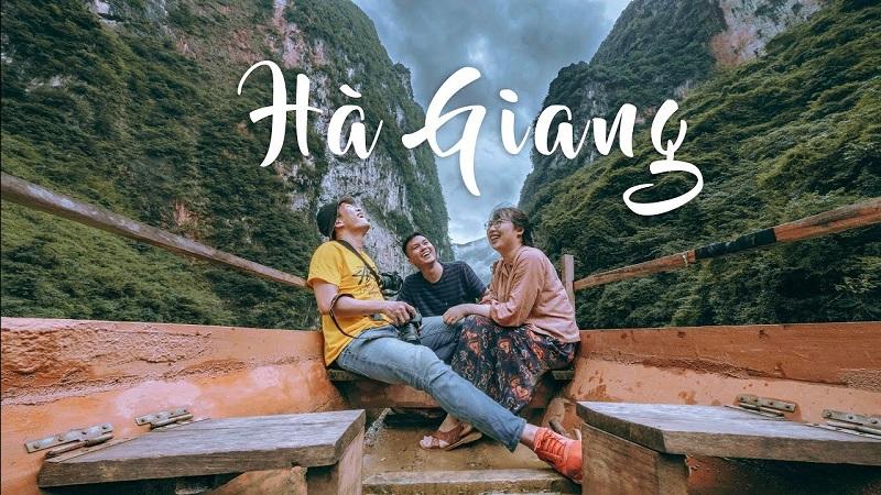 3 người đi thuyền trên sông bên dưới những vực núi