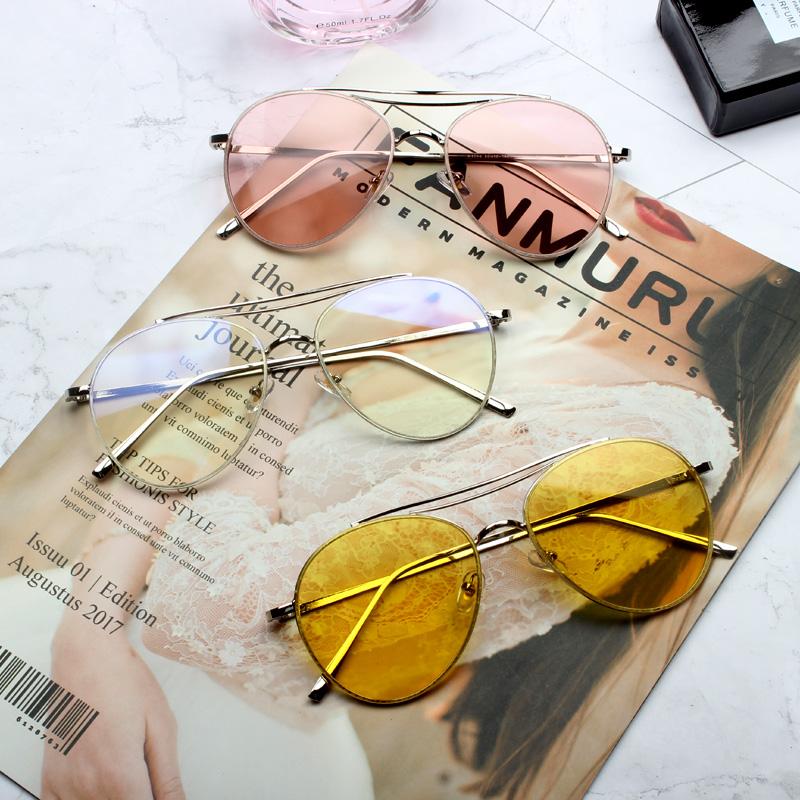 3 chiếc kính rayban đặt trên cuốn tạp chí