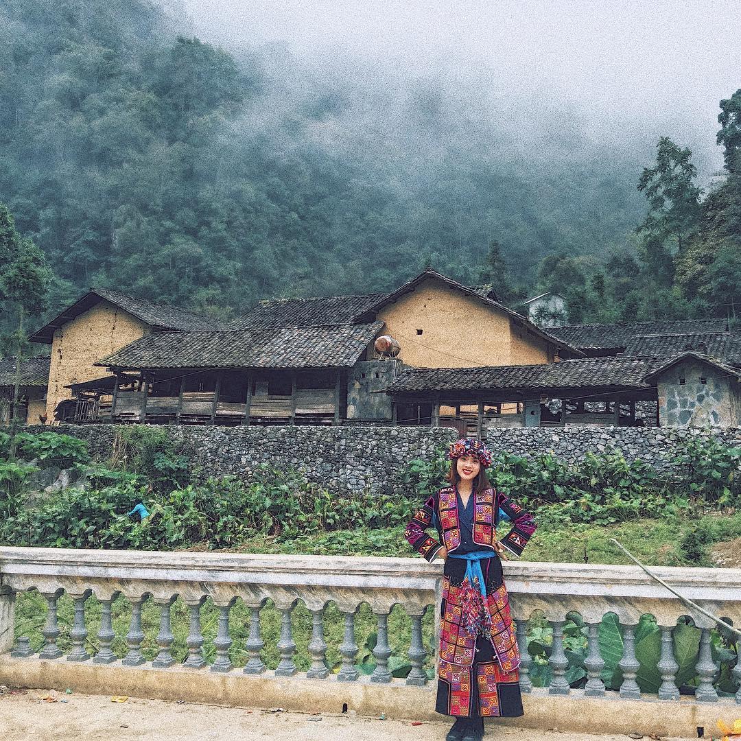 Cô gái mặc trang phục dân tộc tại Mèo Vạc Hà Giang