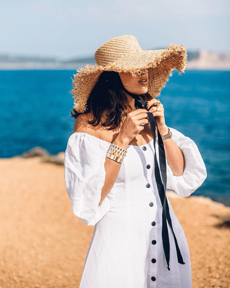 Mũ cói đi biển rộng vành và máy maxi trắng trễ vai