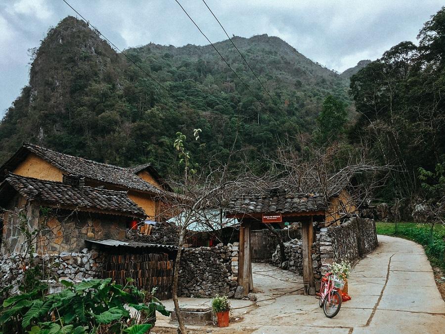 nhà của pao bao quanh những dãy núi đá hùng vĩ