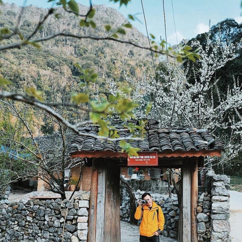 Phía trước cổng nhà của Pao Hà Giang