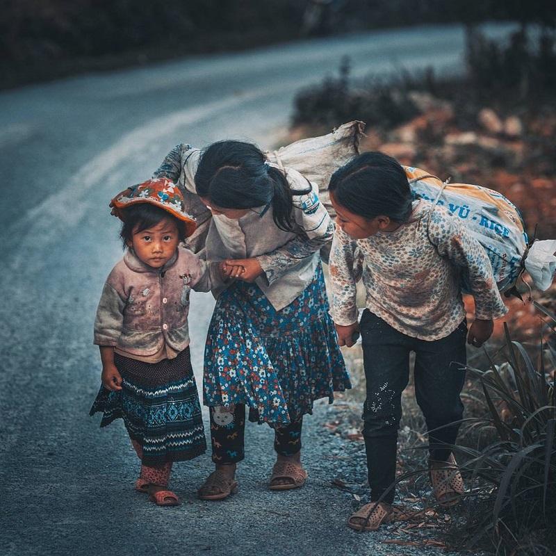 Những em bé dân tộc tại Phố Cáo