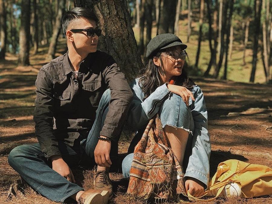 2 bạn trẻ check in bên trong rừng thông yên Minh
