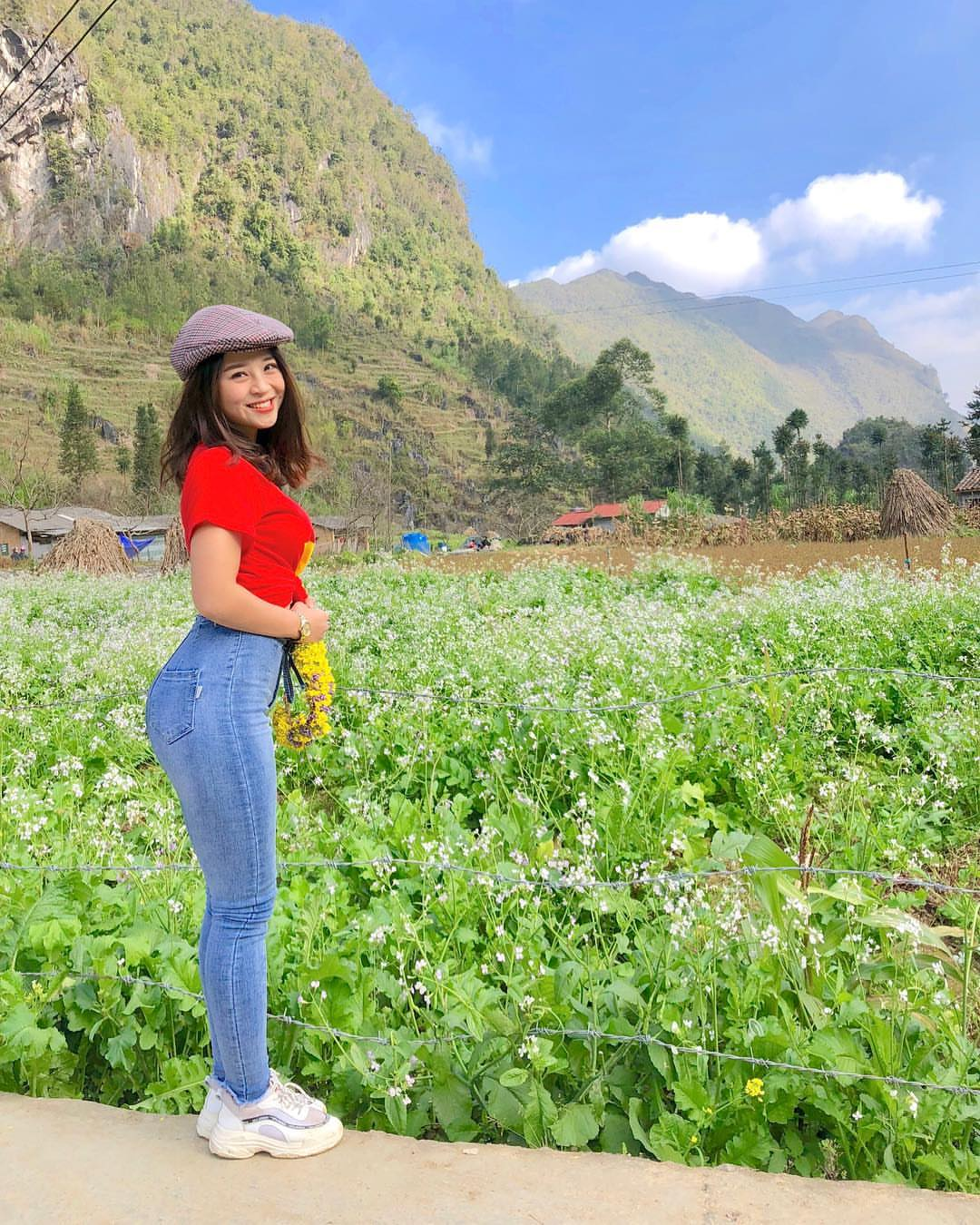 Vườn hoa tam giác mạch dưới chân núi