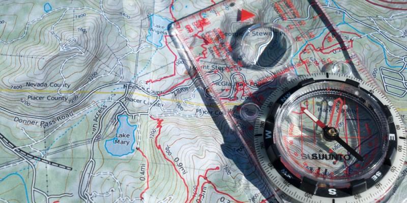 Bản đồ và la bàn được sử dụng để định vị