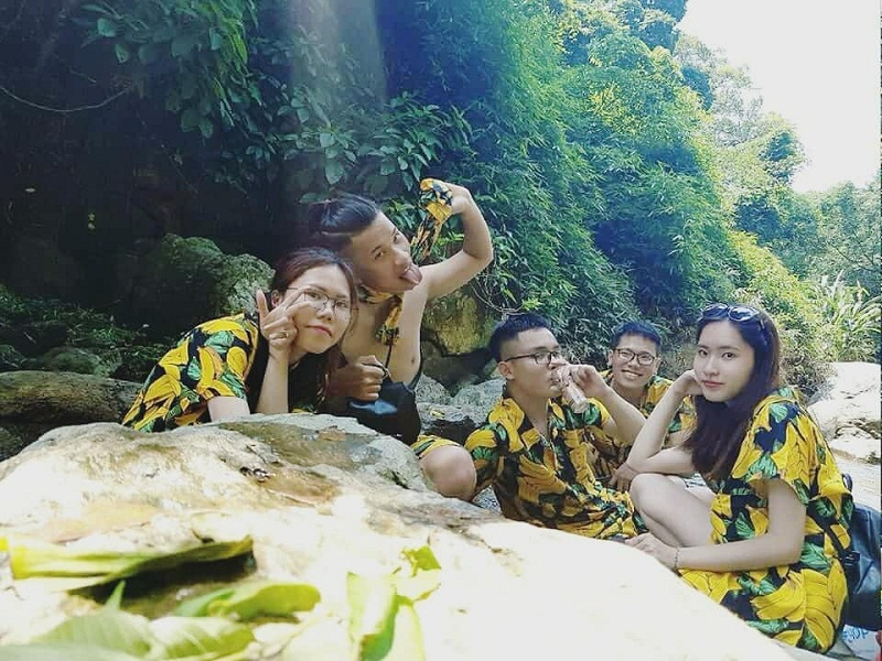 Nhóm bạn cùng chụp ảnh bên hồ nước ở Ao Vua
