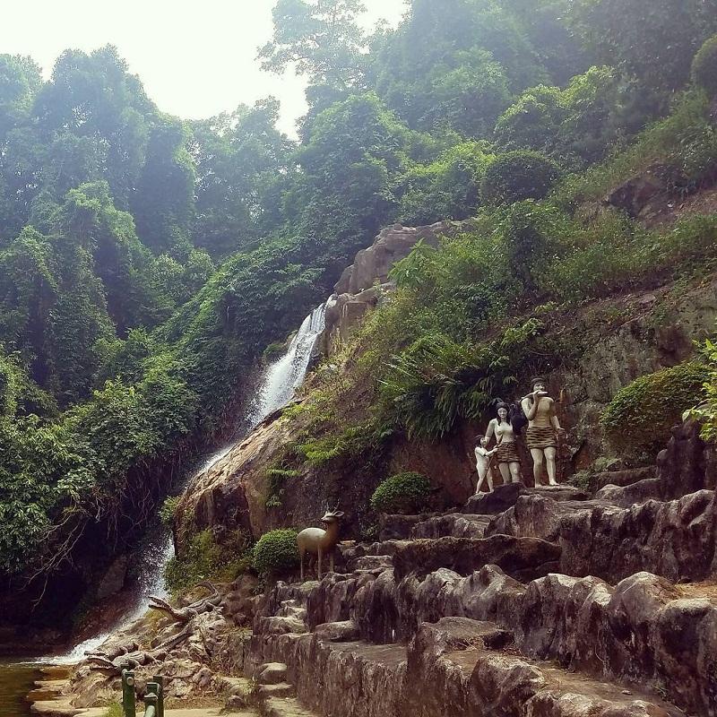 Những bức tượng hình thù độc đáo được đặt trong khung cảnh thiên nhiên Ao Vua