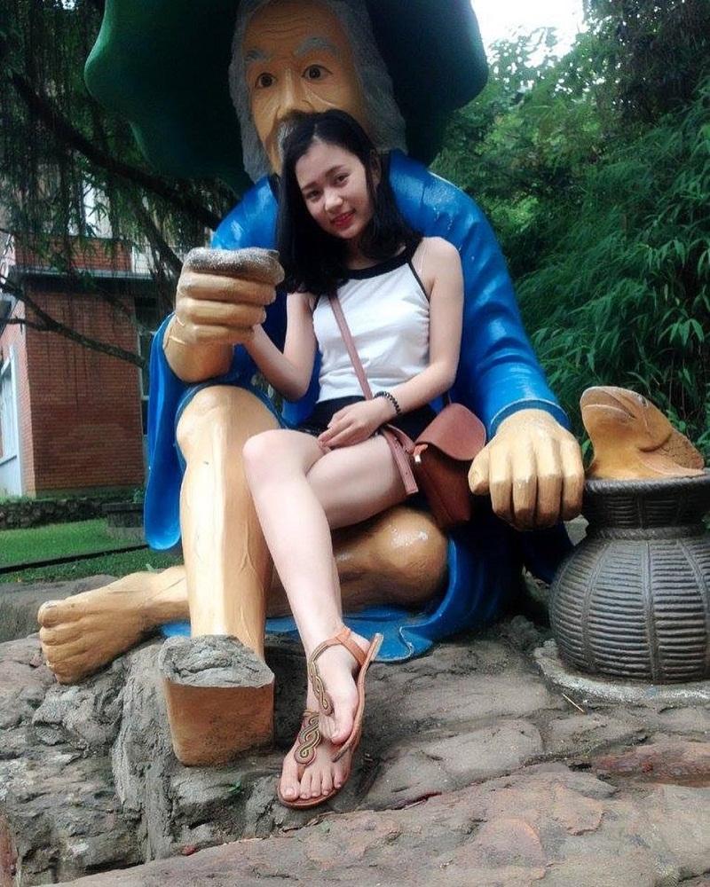 Chụp ảnh cùng những bức tượng nhân vật cổ tích ở Ao Vua