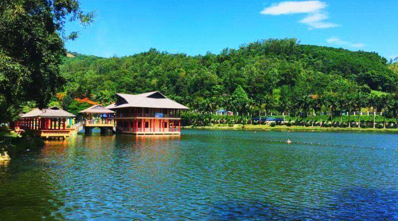 Hệ thống nhà ăn trên hồ ở khu du lịch Ao Vua