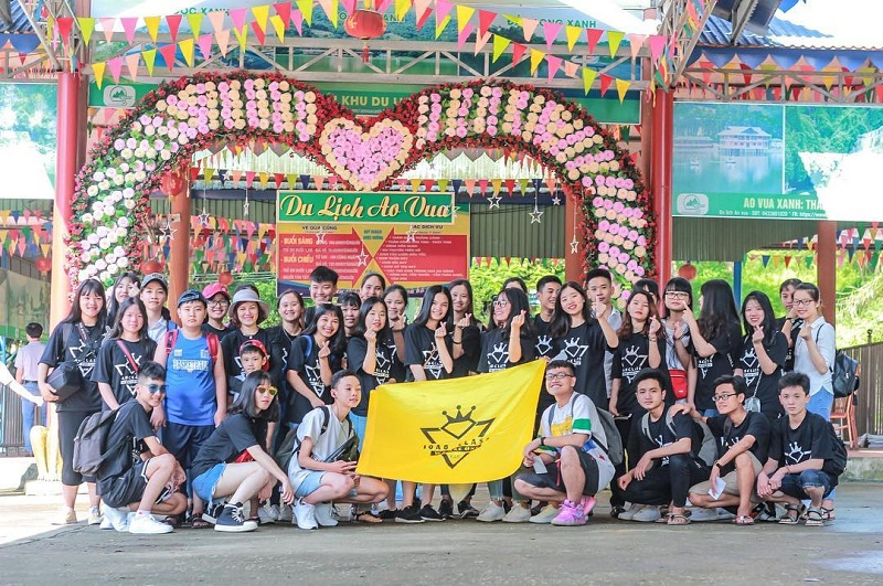 Tập thể lớp chụp ảnh trước cổng khu du lịch Ao Vua