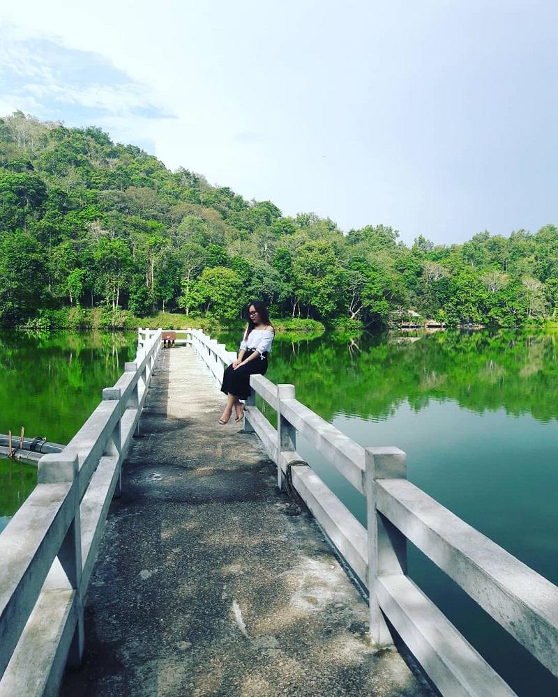 Cây cầu trắng giữa hồ ở Thiên Sơn Suối Ngà