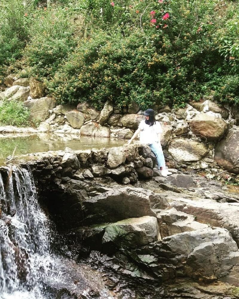 Tạo dáng cạnh hồ nước trong mát ở Khoang Xanh Suối Tiên