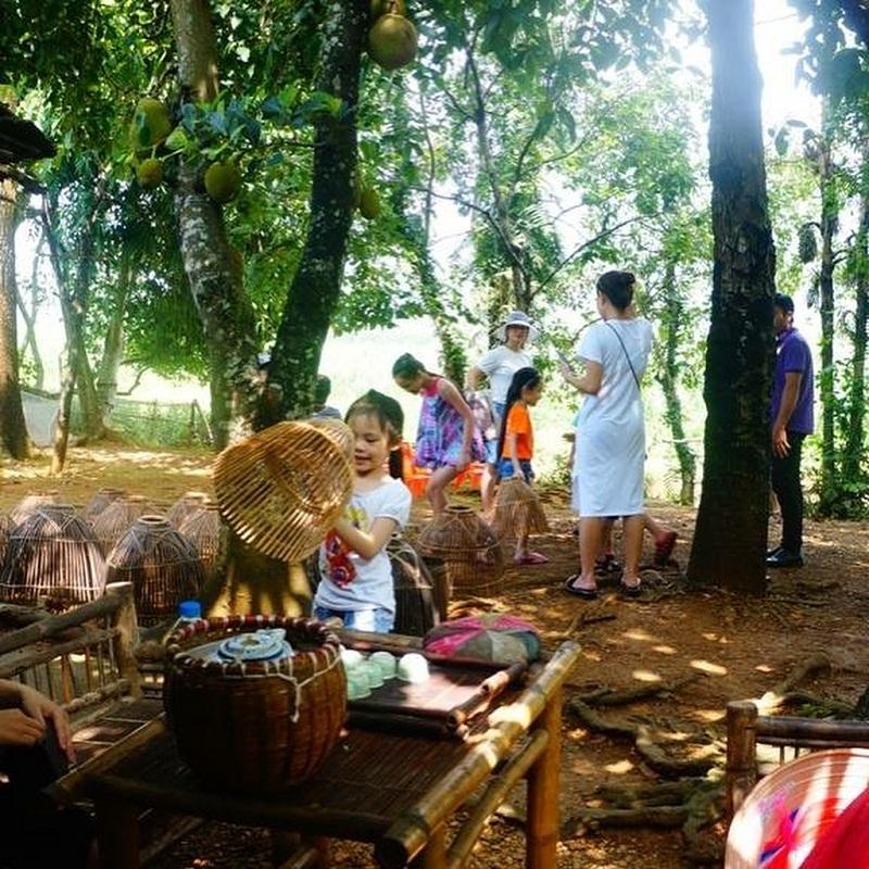 Cả gia đình cùng tham gia các hoạt động nông nghiệp ở trang trại Đồng Quê