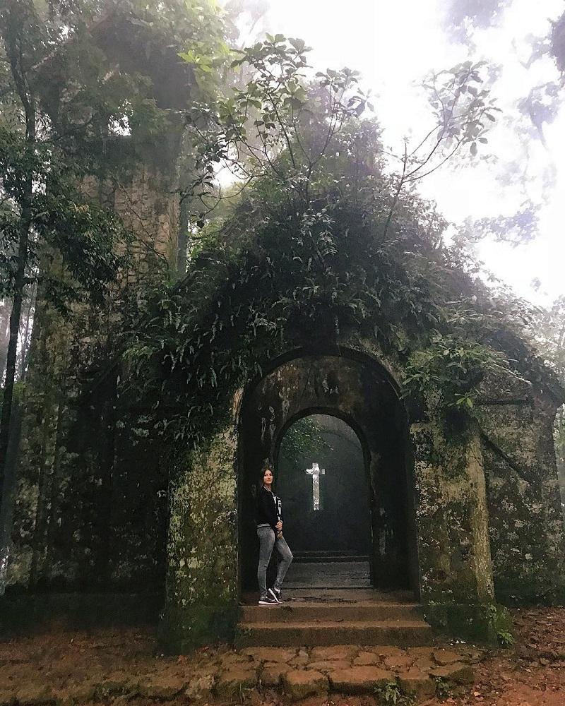 Nhà thờ đổ Ba Vì được bao phủ rêu phong