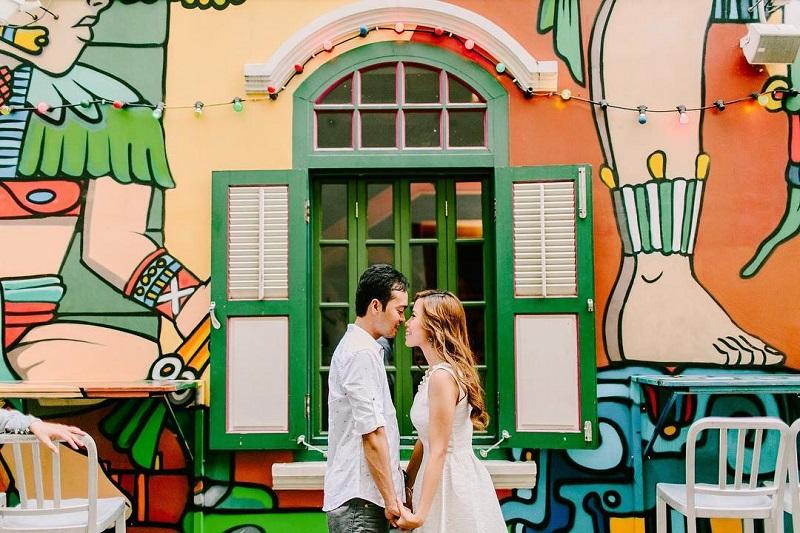 2 người check in tại bức tường màu sắc khu phố Haji Lane