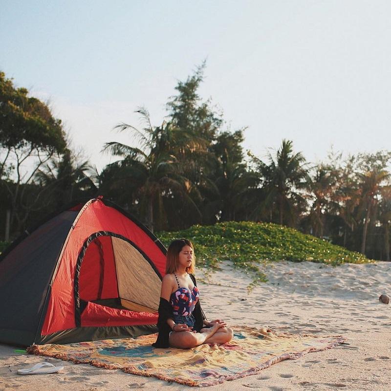 Trải thảm picnic và tập yoga ở ven biển