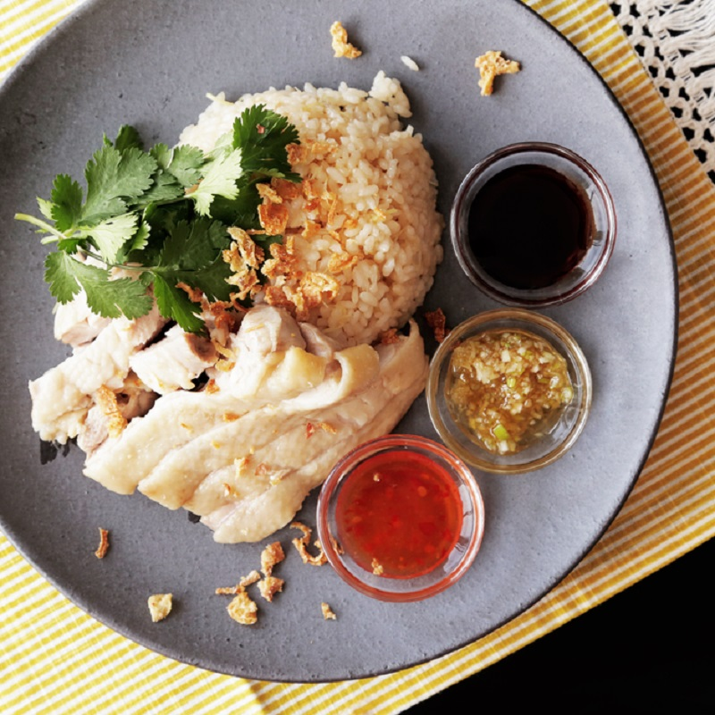 Món cơm gà Hải Nam ăn kèm nước sốt