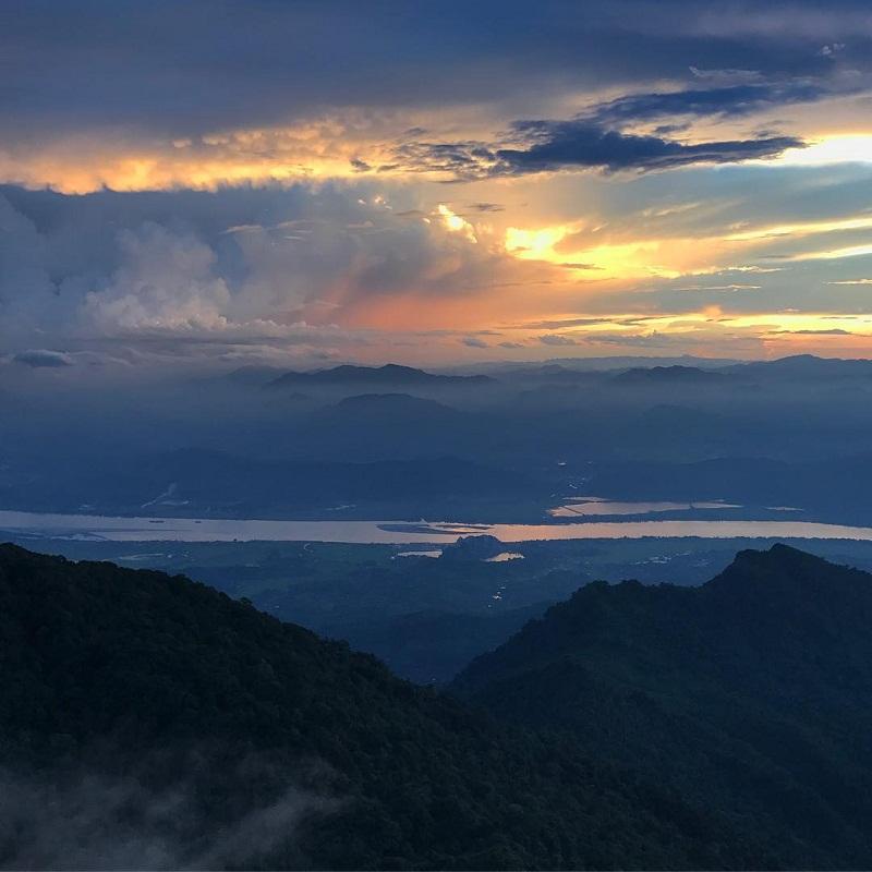 Khung cảnh thiên nhiên nhìn từ đền Thượng Ba Vìthật bao la, hùng vỹ