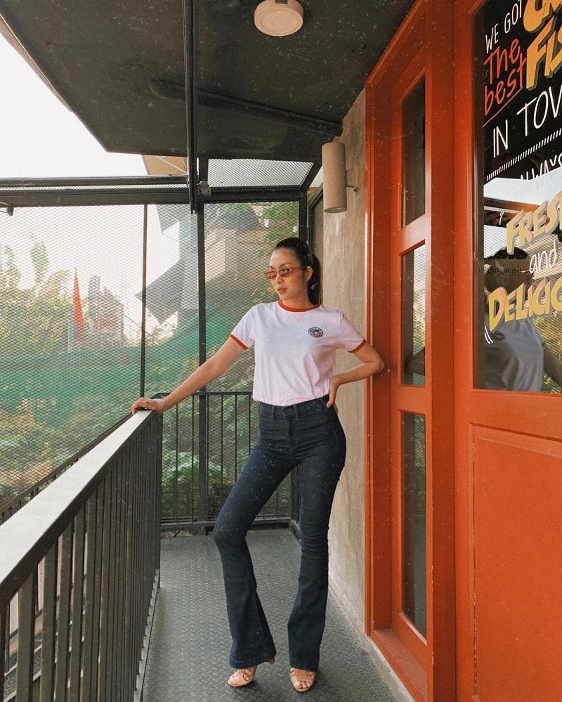 Tăng Thanh Hòa mix quần jeans ống loe và áo phông